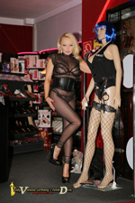 Lady Vanessa besuchte in einem heißen ganz transparenten Nyloncatsuit ihren Lieblingserotikshop mit dem Kussmund http://eroticmarkt.de/ an der A92 bei Moosburg.