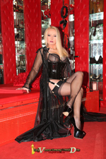 Germany´s Fetish Diva Lady Vanessa als Domina in einem Outfit von Secrets In Lace (https://www.secretsinlace.eu/) in einer TV-Suite des Münchener SM Studio Bizarradies (https://www.bizarradies.com/), wo sehr heiße Fotos entstanden sind.
